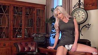Sexy blonde cougar Jennifer Jade spreads her legs to masturbate